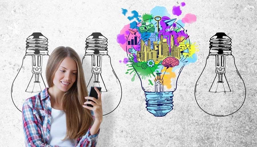 image article pourquoi avoir un site internet. Une jeune fille regarde son mobile, derrière elle se trouve un fond gris avec 4 ampoules dans une avec une ville mouvementé dessinée