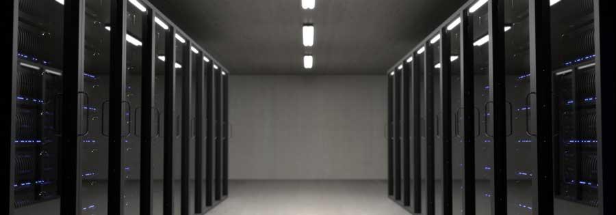 hébergement web : une salle avec des serveurs à gauche et à droite