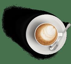 une tasse de café avec ça sous tasse blanche du café à l'intérieur avec une touche de lait blanc. une petite cuillère en inox sur la sous tasse. l'image a un fond transparent.